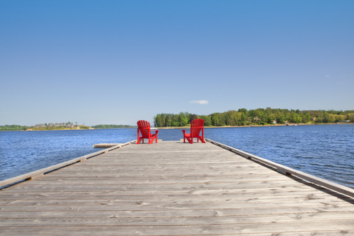 Pier「Red Adirondack chairs waiting for people」:スマホ壁紙(16)