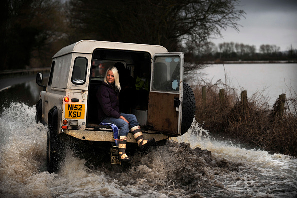Problems「Verity Lester gets a ride through a flood from Mike Bubb to the village of Maisemore from Gloucester (19 Jan 2007).」:写真・画像(8)[壁紙.com]