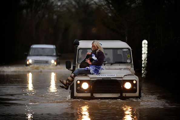 Underwater「Verity Lester gets a ride through a flood from Mike Bubb from the village of Maisemore to Gloucester (19 Jan 2007).」:写真・画像(17)[壁紙.com]