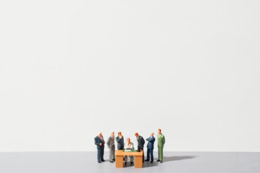 Leadership「Figurines of people standing around desk」:スマホ壁紙(11)