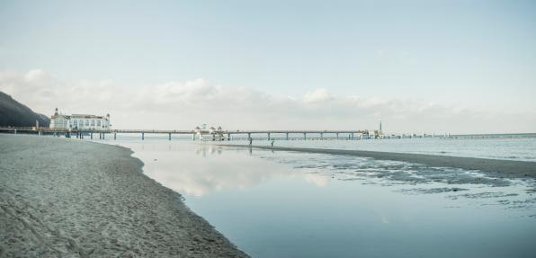 Footbridge「Germany, Mecklenburg-Western Pomerania, Ruegen, sea bridge at Baltic seaside resort Sellin in winter」:スマホ壁紙(19)