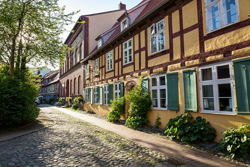 Alley「Germany, Mecklenburg-Western Pomerania, Stralsund, former Franciscan Monastery, half-timbered house」:スマホ壁紙(19)