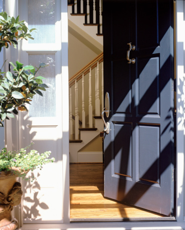 Door「Open front door of house」:スマホ壁紙(13)