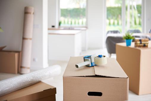 Packing「Tape gun on cardboard box」:スマホ壁紙(18)