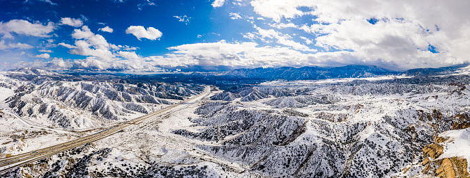 グレープバイン山「カリフォルニア・グレープバインの空中と州間高速道路5号線の雪」:スマホ壁紙(1)