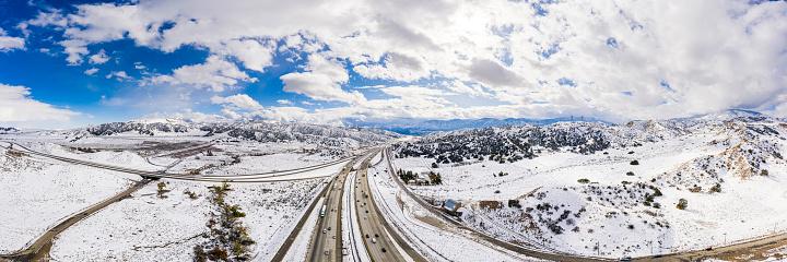 グレープバイン山「カリフォルニア・グレープバインの空中と州間高速道路5号線の雪」:スマホ壁紙(3)