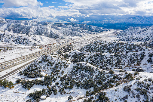 グレープバイン山「カリフォルニア・グレープバインの空中と州間高速道路5号線の雪」:スマホ壁紙(0)