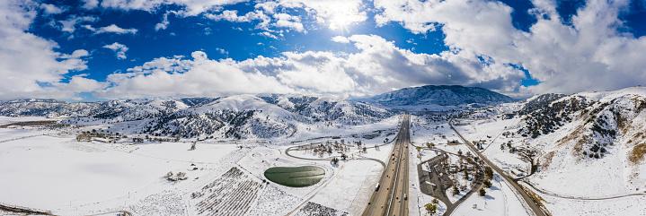 グレープバイン山「カリフォルニア・グレープバインの空中と州間高速道路5号線の雪」:スマホ壁紙(6)