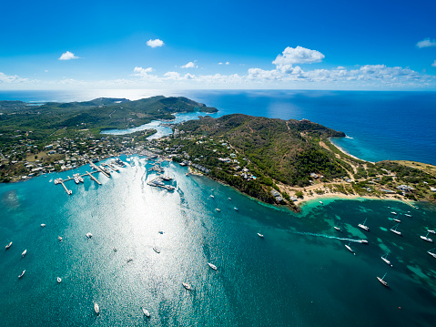 Central America「West Indies, Antigua and Barbuda, Antigua, aerial view, English Harbour and Windward Bay」:スマホ壁紙(3)