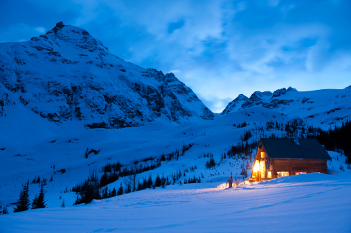 Ski Resort「Backcountry ski lodge illuminated at night」:スマホ壁紙(14)