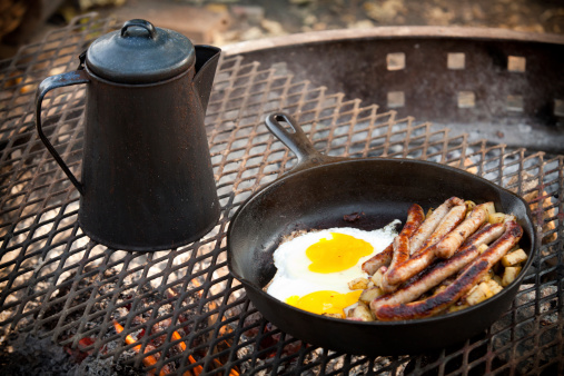 Cast Iron「Cooking Breakfast Sausage & Eggs Outdoor Campfire with Cast Iron」:スマホ壁紙(5)