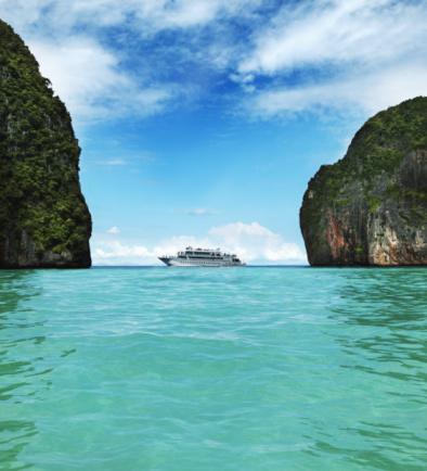 Cruise Ship「Cruise ship between two large limestone rocks」:スマホ壁紙(18)