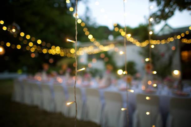 Wedding String Lights in focus at dusk:スマホ壁紙(壁紙.com)