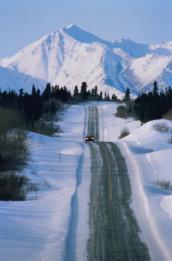 クルエーン山脈「USA,Alaska,Kluane Mountains,Lone car on Alaska Highway mile 999」:スマホ壁紙(8)