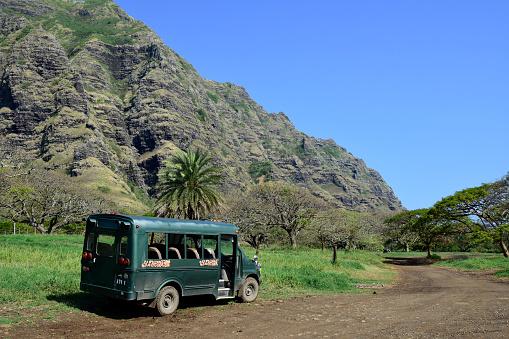 コオラウ山脈「A bus parked on a trail along the Ko'olau Range in Oahu, Hawaii.」:スマホ壁紙(7)