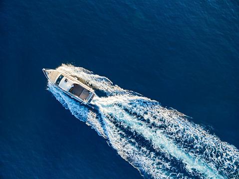 Recreational Boat「Speedboat racing at the open sea」:スマホ壁紙(13)