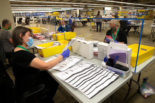 Karen Ducey「Ballots Are Processed In Washingtons King County On Election Day」:写真・画像(8)[壁紙.com]