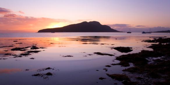 Island of Arran「View to Holy Isle at sunrise, Arran, Scotland」:スマホ壁紙(13)