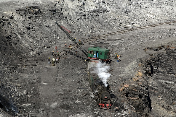 Open-pit Mine「A track laying train at work in the opencast mine at Pingzhuang in October 2006 with an industrial SY class 2-8-2 in charge.」:写真・画像(0)[壁紙.com]