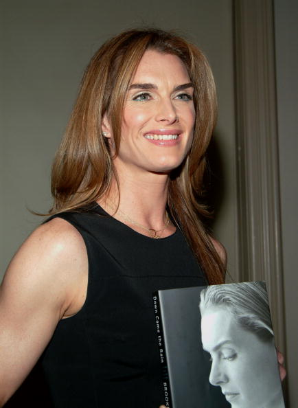 Hardcover Book「Brooke Shields Book Signing At Barnes And Noble」:写真・画像(9)[壁紙.com]