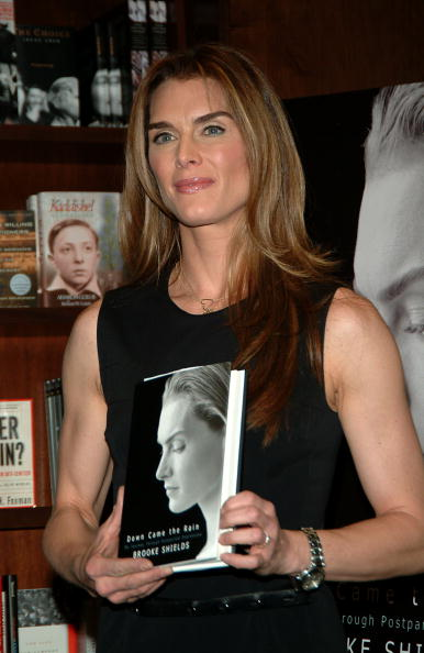 Hardcover Book「Brooke Shields Book Signing At Barnes And Noble」:写真・画像(7)[壁紙.com]