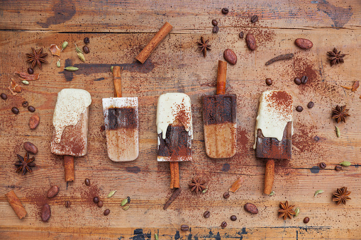 Dessert「Homemade coffee and white chocolate ice lollies with winter spices on wooden background」:スマホ壁紙(13)