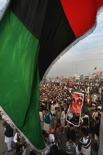 John Moore「Bhutto's Pakistan People's Party Wraps Up Election Campaign」:写真・画像(1)[壁紙.com]