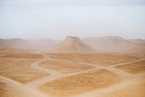 Dirt Road「Tunisia, Tozeur, View of desert landscape」:スマホ壁紙(19)