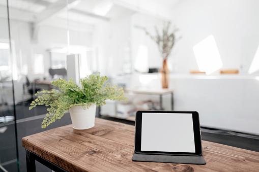 Digital Tablet「Tablet on wooden table in office」:スマホ壁紙(13)