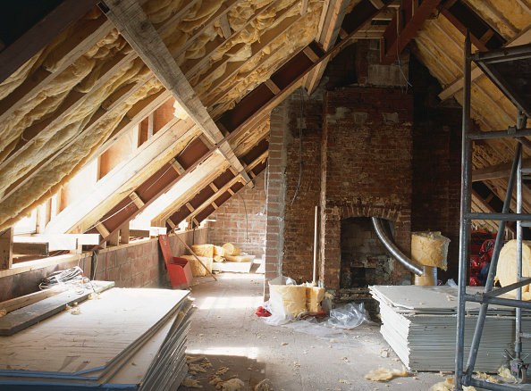 Renovation「Cardiff, Cefn Mably.  Luxury housing development by regional developer Meadgate Homes.  Construction of new apartments in the shell of a 16th century country house, a Grade II listed building. The loft area is being insulated.」:写真・画像(5)[壁紙.com]