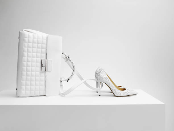A white bag with white shoes in the form of Cinderella's coach:スマホ壁紙(壁紙.com)
