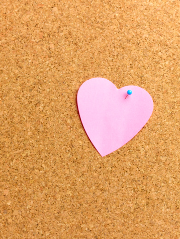 Adhesive Note「Heart shaped adhesive note on notice board.」:スマホ壁紙(3)