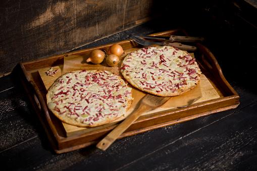 Sour Cream「Alsatian tarte flambee, wooden tray」:スマホ壁紙(14)