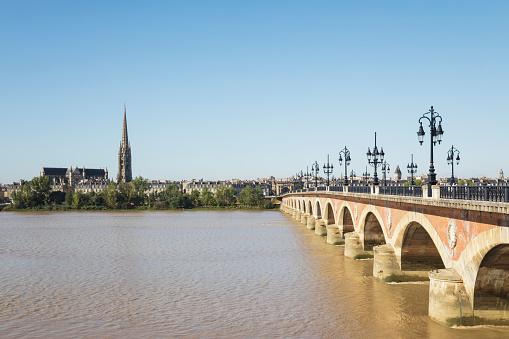 Nouvelle-Aquitaine「France, Gironde, Bordeaux, Clear sky over Pont de Pierre with Basilica of Saint Michael in background」:スマホ壁紙(10)