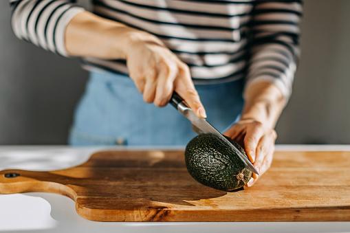 Mexico「Woman cutting avocado」:スマホ壁紙(4)