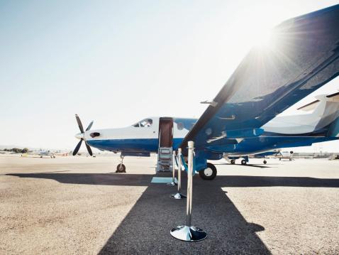 Business Travel「Velvet rope by airplane on runway」:スマホ壁紙(18)
