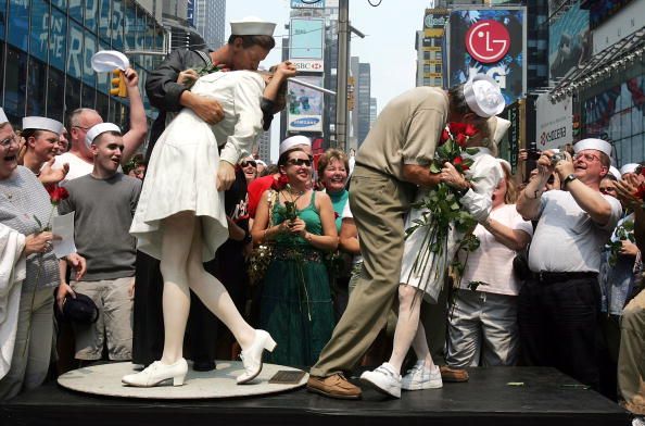 """History「Times Square """"Kiss In"""" Celebrates Famed WWII Photo」:写真・画像(14)[壁紙.com]"""