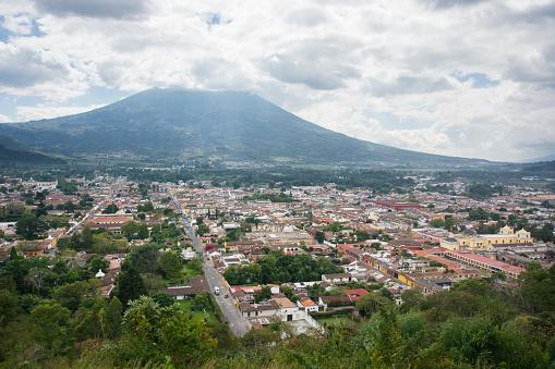 アグア火山「Birds eye view of an overcast Antigua, Guatemala, from the Cerro de la Cruz, with the Volcan de Agua covered by clouds.」:スマホ壁紙(13)