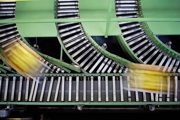 Boxes on conveyor belt, elevated view:スマホ壁紙(壁紙.com)