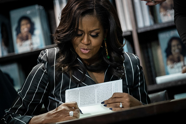 Writing - Activity「Michelle Obama Promotes Her New Book In New York City」:写真・画像(18)[壁紙.com]