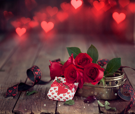 Heart「Valentine's Day Gift with Red Roses on a Dark Wood Background」:スマホ壁紙(12)