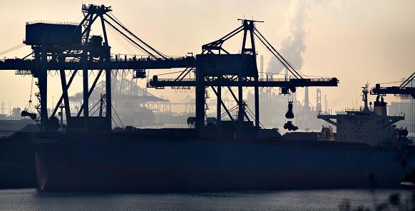 Pier「Unloading of a large bulk carrier at the Port of Rotterdam」:スマホ壁紙(6)