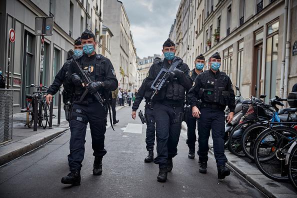Charlie Hebdo「Paris On Standby After Stabbing At Former Charlie Hebdo Offices」:写真・画像(3)[壁紙.com]