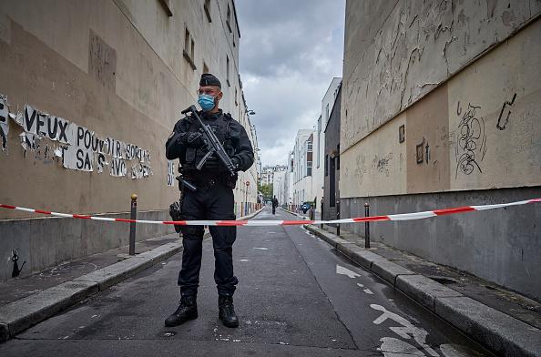 Charlie Hebdo「Paris On Standby After Stabbing At Former Charlie Hebdo Offices」:写真・画像(6)[壁紙.com]