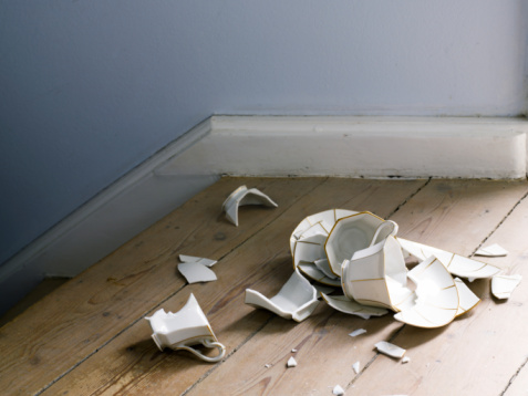 Denmark「broken cup and saucer on the floor」:スマホ壁紙(8)