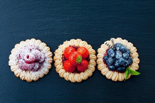 並んでいる「Three short crust tartlets with different berries」:スマホ壁紙(7)