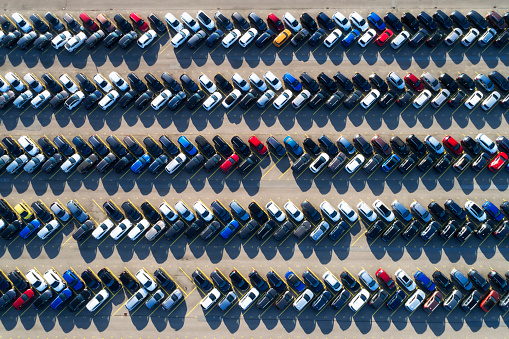 Automobile Industry「Rows of cars in a large parking lot, aerial view」:スマホ壁紙(7)