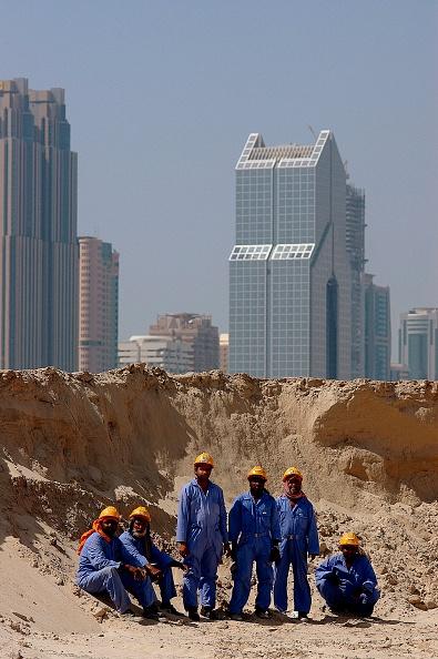 Hardhat「Construction Workers on site of New Shopping Mall, Dubai, United Arab Emirates.」:写真・画像(3)[壁紙.com]