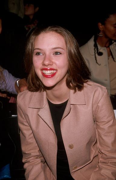 Brown Hair「Scarlett Johansson attends BCBG Max Azria Fall 2000 fashion show」:写真・画像(5)[壁紙.com]