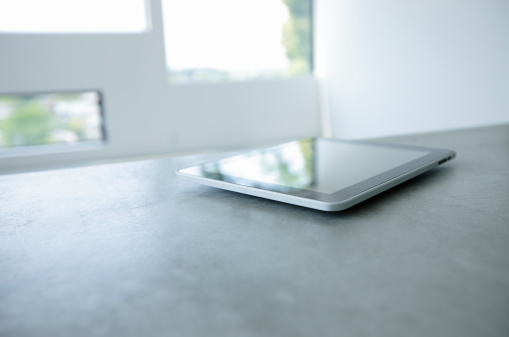 Image Focus Technique「Digital tablet on the table in living room」:スマホ壁紙(18)